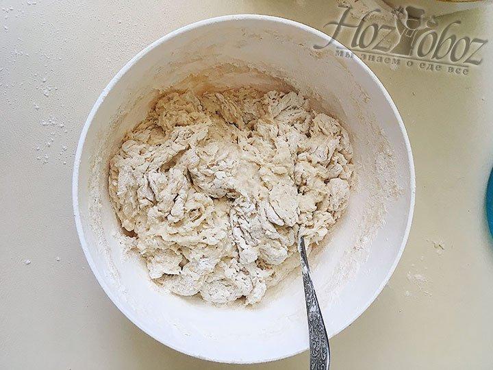Как только станет сложно вымешивать тесто ложкой – выкладываем его на присыпанную мукой поверхность