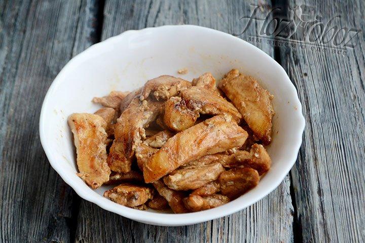 Мясо перекладываем в тарелку и начинаем формировать салат.