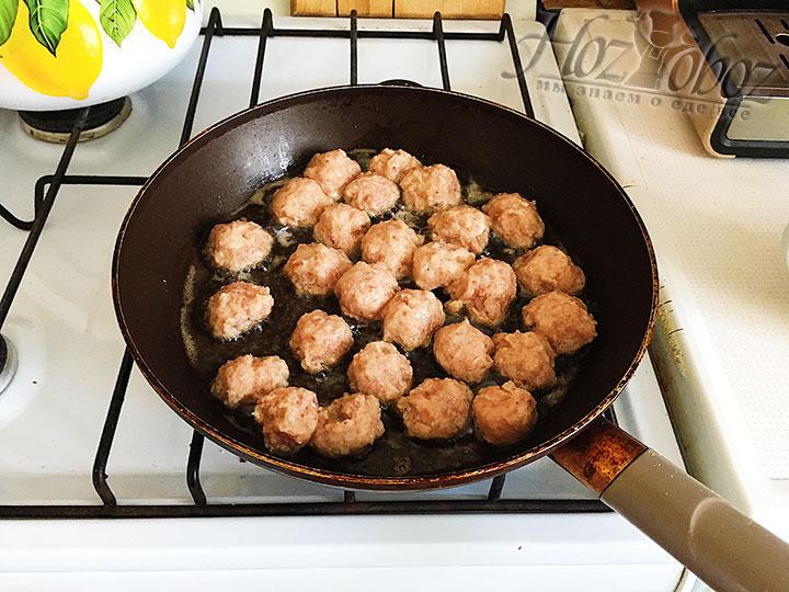Обжариваем фрикадельки на сковороде.
