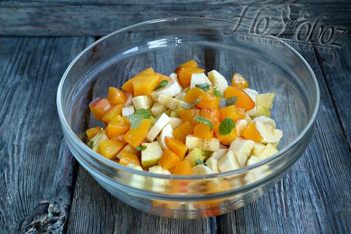 Консервированные персики измельчаем на такие же кусочки, как и остальные фрукты.