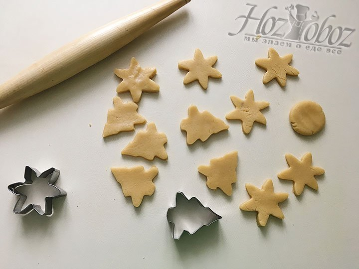 Придаем печенью новогодние формочки.