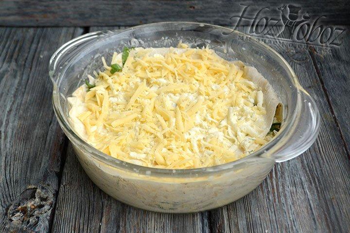 Сверху последнего листа лаваша распределяем остатки сыра и ставим в разогретый до 180 градусов духовой шкаф на 25-30 минут.