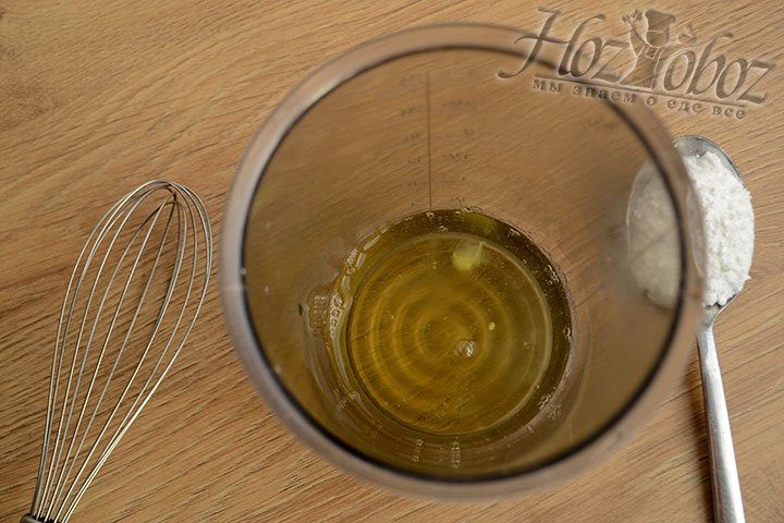 Взбиваем блендером белки вместе с сахарной пудрой в устойчивую пену.