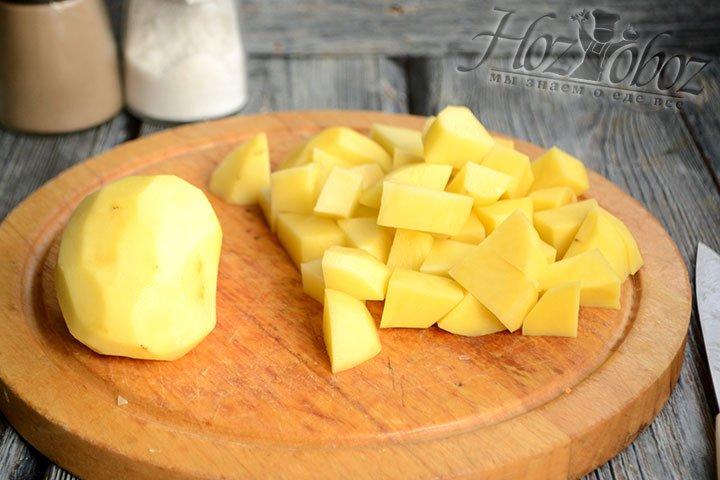 Очищаем картофель от кожуры и нарезаем крупными кубиками.