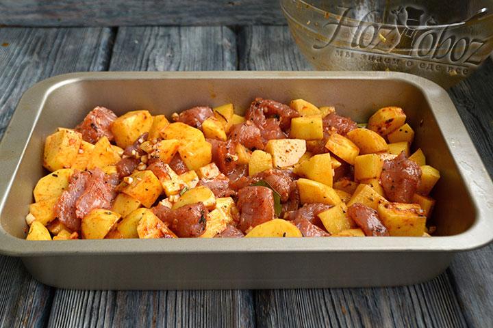 В форму для запекания перекладываем мясо и картофель.