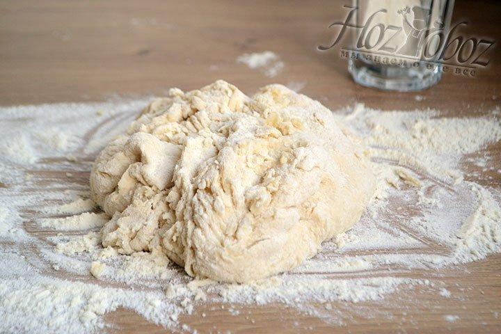Продолжайте замес на столе, используя оставшуюся муку, а затем 1-2 ложки растительного масла.