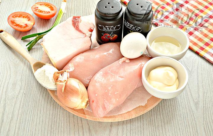 Подготавливаем для куриных котлет продукты.