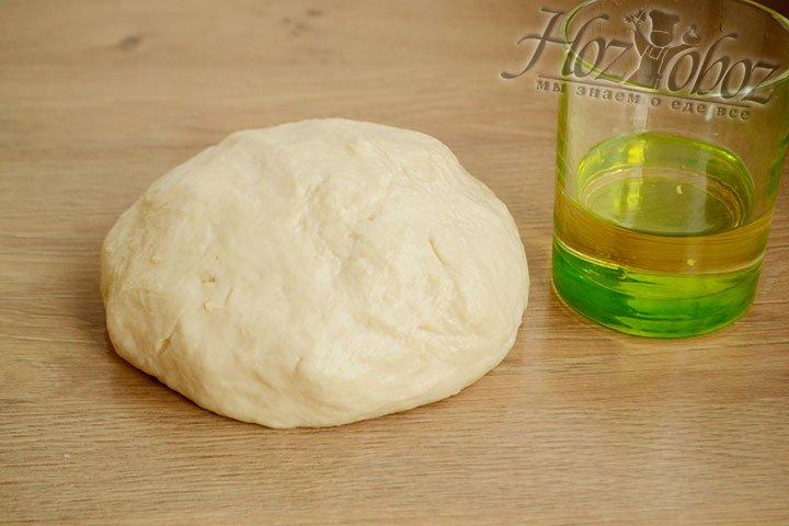 Тесто готово, он должно получиться мягким, но не липнуть к рукам и поверхности стола.