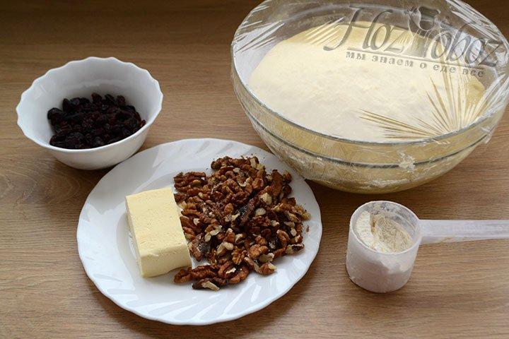 Готовим для начинки изюм, грецкие орехи и сливочное масло. Масло должно быть мягким.