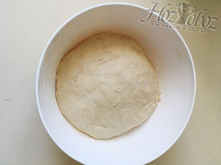 Готовое дрожжевое тесто пирога с маком не должно прилипать к рукам