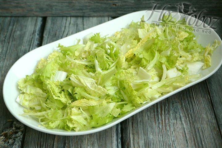 Перекладываем пекинскую капусту на красивую тарелку, рвем туда же салатные листья.
