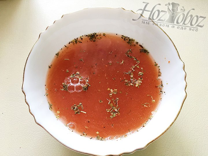 Добавляем воду и замешиваем основу для соуса.