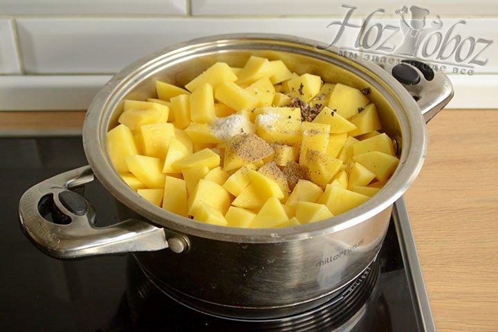 Перекладываем все ингредиенты в кастрюлю с толстым дном – свинину, шампиньоны с овощами, картофель, соль и специи.
