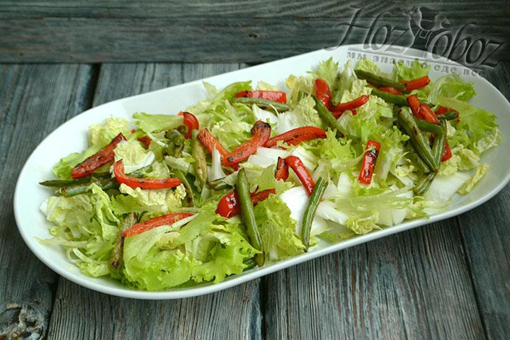 Теплые обжаренные овощи выкладываем на листья салата и пекинскую капусту.