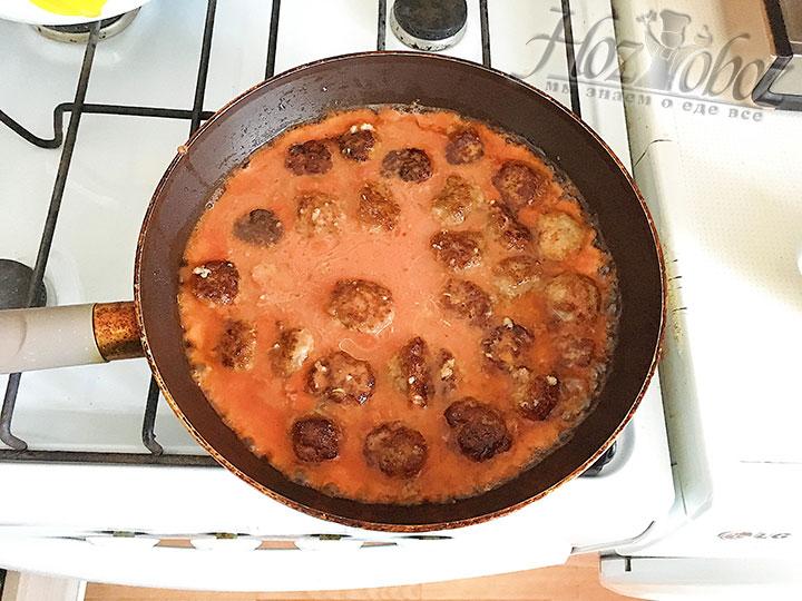 Заливаем фрикадельки томатной основой и тушим 15 минут.