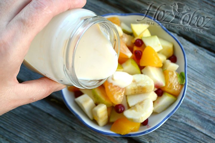 На тарелку кладем несколько ложек салата и поливаем йогуртовой заправкой.