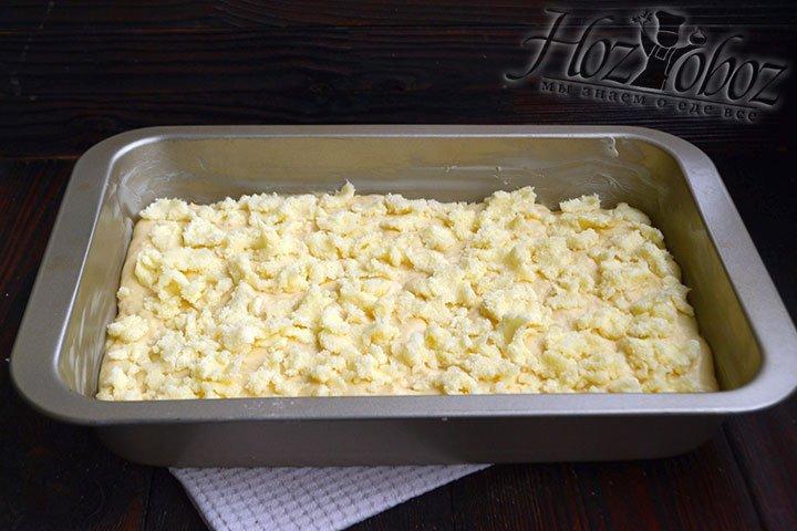 Распределяем сахарную начинку равномерно по пирогу. Выпекаем пирог в разогретой духовке на 190 градусах 20-25 минут.