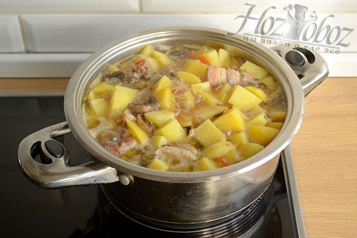 Помешивать не нужно, мясо и грибы равномерно распределяются по всей кастрюле при тушении.