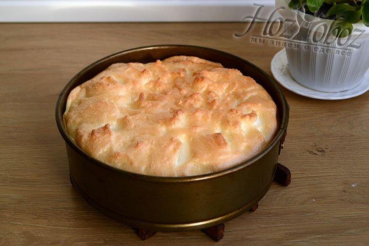 Достаем разъёмную форму с пирогом и полностью его остужаем.