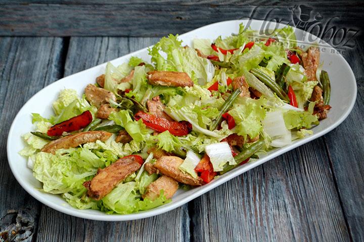 Кусочки курицы тоже выкладываем сверху овощей.
