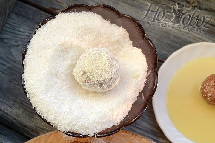 Обваливаем каждую конфету в кокосовой стружке.