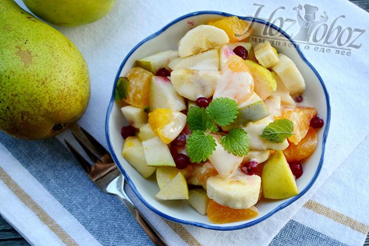 Красная смородина и листочки мяты помогут украсить салат из фруктов и придадут ему свежесть.