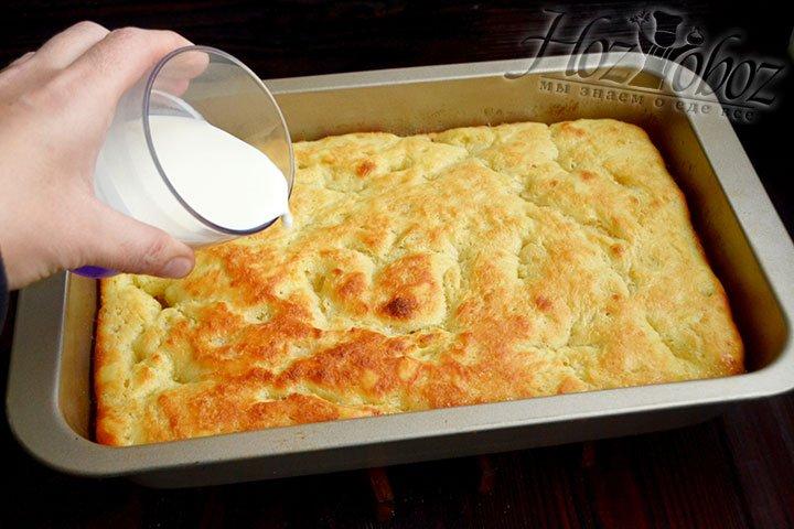 Равномерно поливаем сливками поверхность пирога.