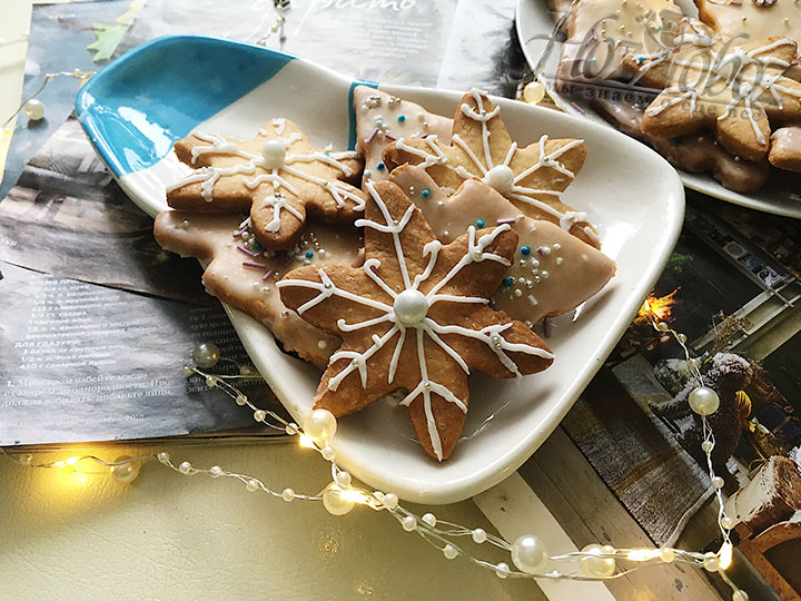 Намазываем печенье глазурью и украшаем посыпками