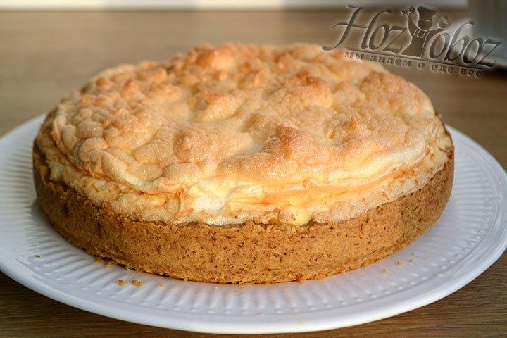 Перекладываем десерт на блюдо и подаем ароматный красивый пирог к столу.