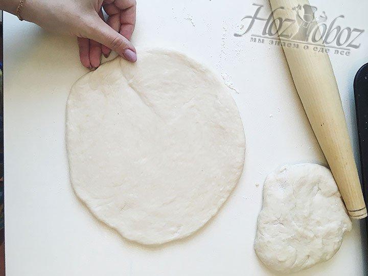 Оставшуюся часть теста делим пополам, а затем раскатываем обе части в круги диаметром примерно 20 см, толщиной около 1 см.