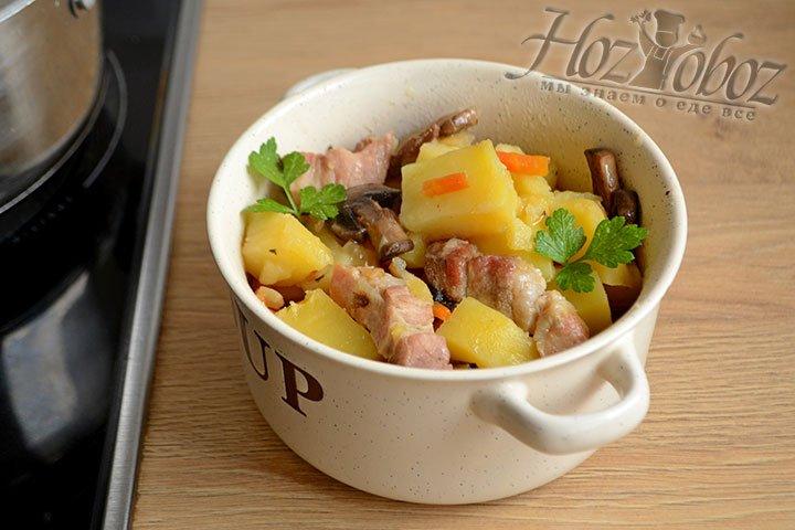 Раскладываем картофель по тарелкам и украшаем свежей зеленью.