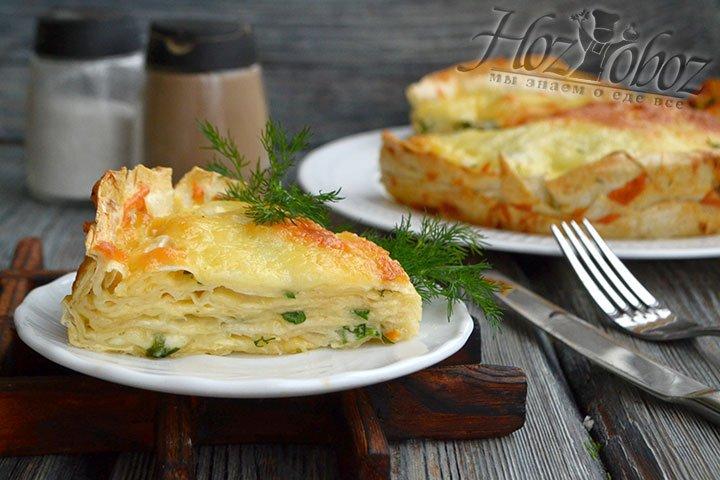 При желании украшаем готовый пирог из лаваша свежей зеленью.