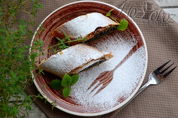 Порционную тарелку украшаем сахарной пудрой и свежей мятой.