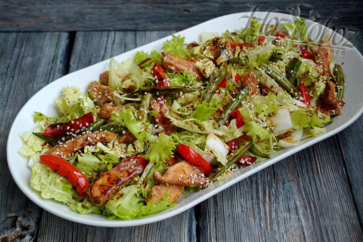 Рецепт теплого салата с курицей станет прекрасным подспорьем хозяйке в предпраздничных хлопотах.