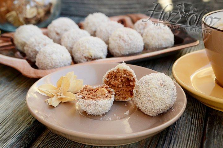 Разрез конфеты однородный, внутри – твердый миндальный орешек, как и в оригинальном Рафаэлло.