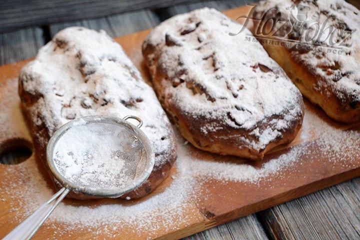 Наносим сахарную пудру на теплые кексы обильным слоем.