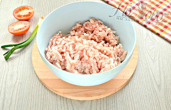 Измельчаем ингредиенты в мясорубке.