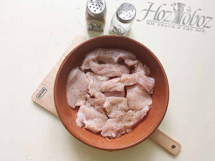 Запекаем куриное филе с солью и перцем в духовке.