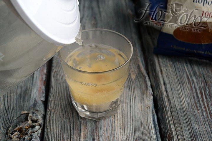 Горячей водой заливаем гранулы желатина и помешиваем ложкой.