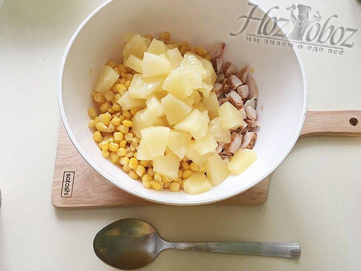 Добавляем консервированные кусочки ананасов.
