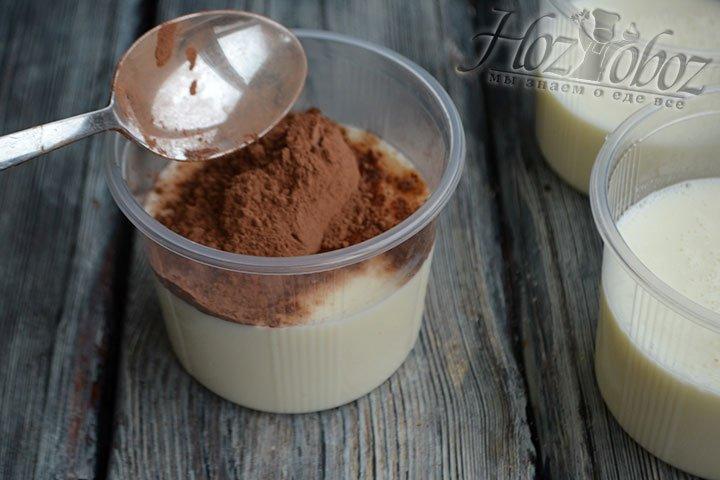 Добавляем в одну чашу со сметанной массой какао-порошок и перемешиваем.
