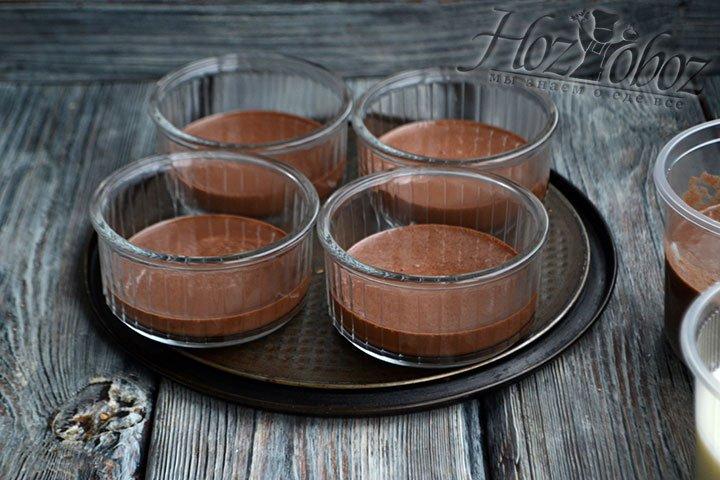 В формы выливаем массу из первой баночки, сметанное желе с какао-порошком.