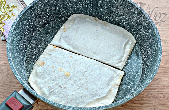 Выкладываем заготовки чебуреков на сковороду.