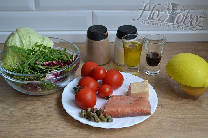 Готовим ингредиенты для салата с рыбой, авокадо и помидорами.