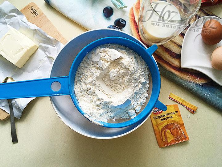Смешиваем просеянные муку и разрыхлитель с солью.