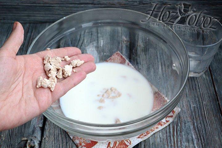 Смешиваем в глубокой миске теплое молоко, ложку сахара, раскрошенные дрожжи и ложку муки.
