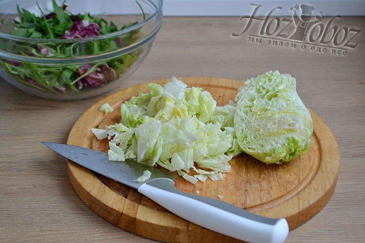 Нарезаем салатные листья на небольшие кусочки.