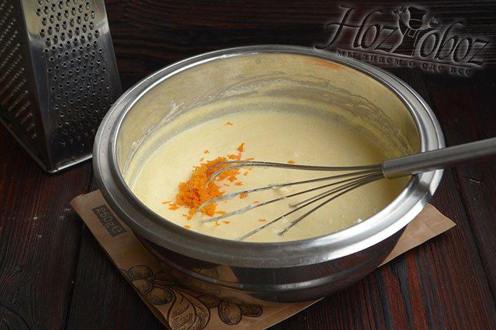 Цедру мандарина снимаем с цитруса мелкой теркой и добавляем в начинку.
