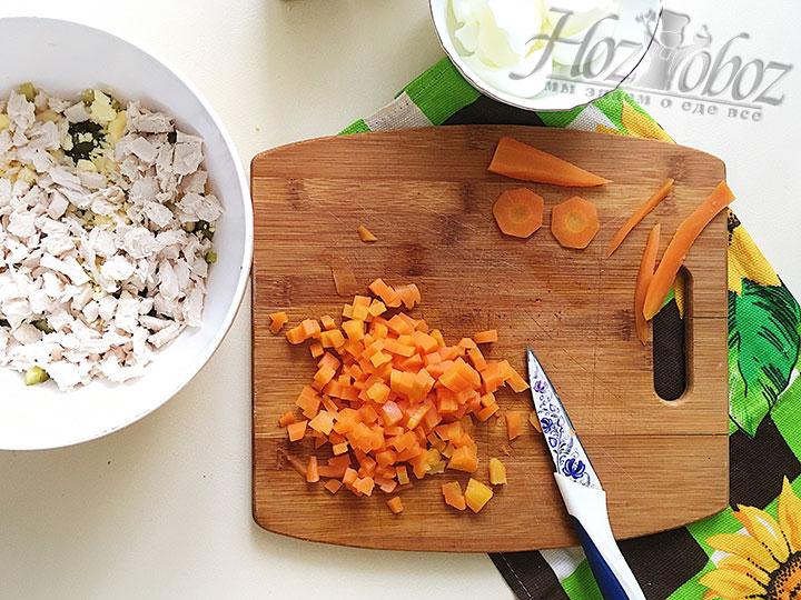 Вырезаем из моркови элементы оформления, оставшуюся морковь шинкуем.