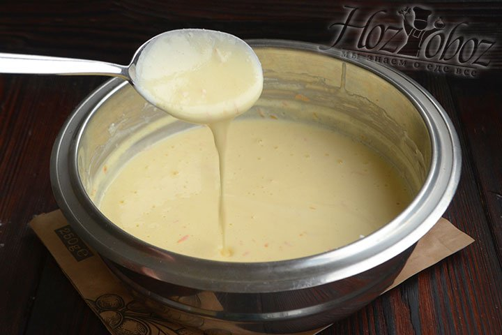 Творожная начинка жидкая и стекает с ложки струйкой.